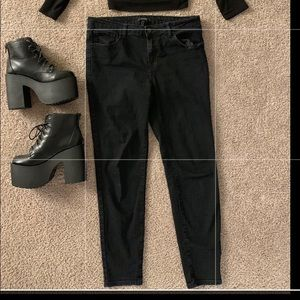 🖤FOREVER 21 black jeans size 30 (fits a medium!)